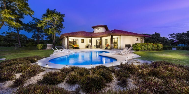 Casa Linda-View of house from Pool at night